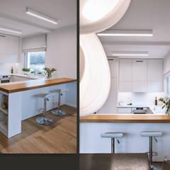 Jasna, otwarta kuchnia z widokiem na salon: w bieli i dębie: styl , w kategorii Aneks kuchenny zaprojektowany przez SZARA / studio