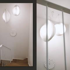 Klatka schodowa: biel i dąb: styl , w kategorii Schody zaprojektowany przez SZARA / studio