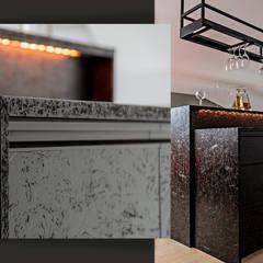 Piętro domu na planie otwartym – pokój rozrywkowy i gabinet właściciela: styl , w kategorii Piwnica win zaprojektowany przez SZARA / studio,