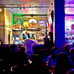 Metamorfoza wnętrza klubokawiarni Meskalina – projekt mebli i wnętrza znanego klubu w centrum Poznania: styl , w kategorii Bary i kluby zaprojektowany przez SZARA / studio