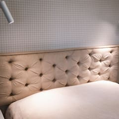 Mieszkanie w stylu angielskim: styl , w kategorii Małe sypialnie zaprojektowany przez SZARA / studio,