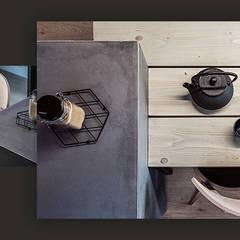 Wnętrze domu w bieli, grafice i drewnie – kuchnia: styl , w kategorii Aneks kuchenny zaprojektowany przez SZARA / studio