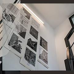 Wnętrze domu w bieli, grafice i drewnie – schody, sypialnia i łazienka: styl , w kategorii Schody zaprojektowany przez SZARA / studio