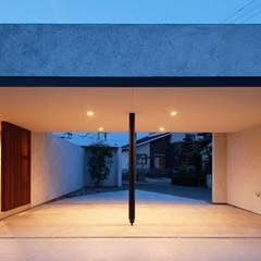 スタイリッシュな平屋のコートハウス: kisetsuが手掛けたガレージです。