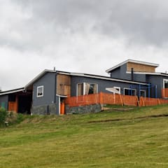 Fachada Sur Oriente: Casas de campo de estilo  por casa rural - Arquitectos en Coyhaique