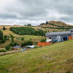 Fachada Oriente: Casas de campo de estilo  por casa rural - Arquitectos en Coyhaique
