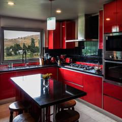 Cocinas equipadas de estilo  por casa rural - Arquitectos en Coyhaique