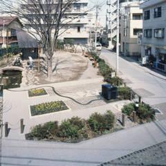 辻のある公園: 西島正樹/プライム一級建築士事務所 が手掛けたアプローチです。,モダン