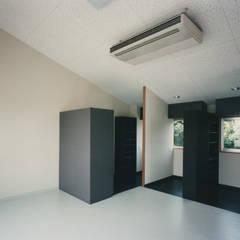 自由の森学園学生寮: 西島正樹/プライム一級建築士事務所 が手掛けた小さな寝室です。