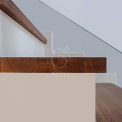 Schody na beton ze szklaną balustradą: styl , w kategorii Schody zaprojektowany przez Roble