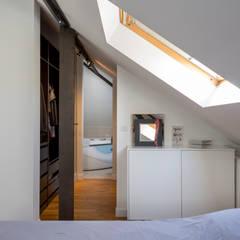 Restructuration d'une maison de 160m2: Dressing de style  par Fables de murs,