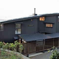 ~山に抱かれた暮らしを楽しむ『自然の潤いと共に暮らす家』: 西薗守 住空間設計室が手掛けた二世帯住宅です。