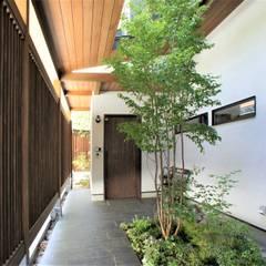 ~山に抱かれた暮らしを楽しむ『自然の潤いと共に暮らす家』: 西薗守 住空間設計室が手掛けた庭です。