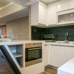 Small kitchens by 富亞室內裝修設計工程有限公司, Eclectic MDF