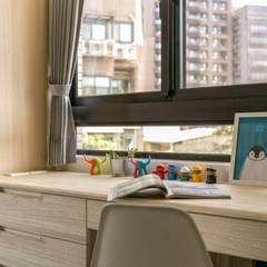 Dormitorios pequeños de estilo  por 富亞室內裝修設計工程有限公司
