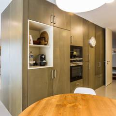 Casa Vilarinha (Porto) - SHI Studio Interior Design: Armários de cozinha  por SHI Studio, Sheila Moura Azevedo Interior Design
