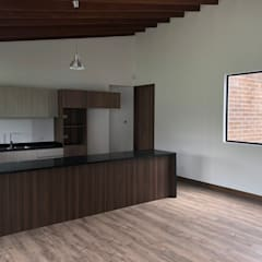 CASA LA COLINA: Casas campestres de estilo  por ESPIRAL STUDIO
