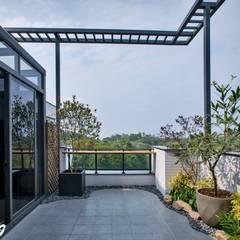 Balcón de estilo  por Zendo 深度空間設計, Minimalista
