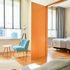 Żaluzje drewniane ANWIS: styl , w kategorii Małe sypialnie zaprojektowany przez ANWIS Sp. z o.o.,