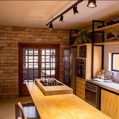 Cozinha para receber: Cozinhas  por BRUNA ZAGONEL ARQUITETURA