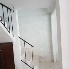 Ampliación de casa : Escaleras de estilo  por 8 AM INGENIERIA, Clásico