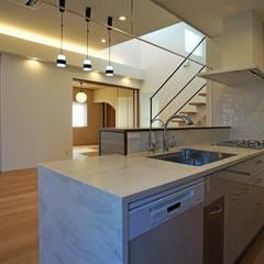 『スキップフロアの暮らしを愉しむ家』: 西薗守 住空間設計室が手掛けたシステムキッチンです。