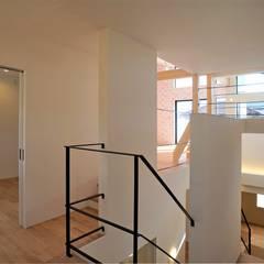 『スキップフロアの暮らしを愉しむ家』: 西薗守 住空間設計室が手掛けた階段です。