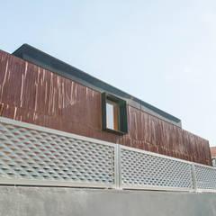 Ampliación de vivienda en Majadahonda: Casas prefabricadas de estilo  de MODULAR HOME
