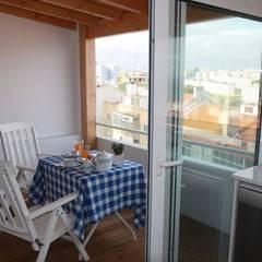 Apartamento T1 na Graça: Varandas  por EU LISBOA