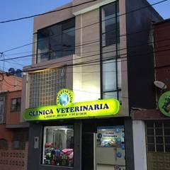 Clínica veterinaria mascotas club: Hospitales de estilo  por Lopez Robayo Arquitectos, Moderno