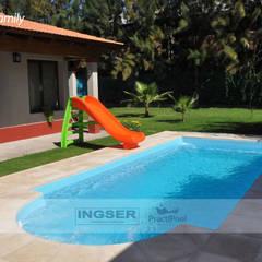 Piscinas MODELO FAMILY : Piscinas de jardín de estilo  por INGSER