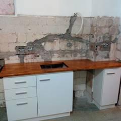 Remodelación cocina capital: Cocinas a medida  de estilo  por Constructora del Este