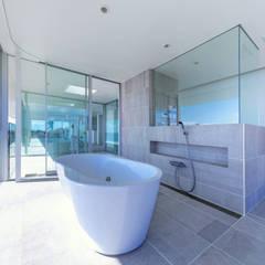 水平線の家 大海原の風景と暮らす家: TAPO 富岡建築計画事務所が手掛けた浴室です。,モダン タイル