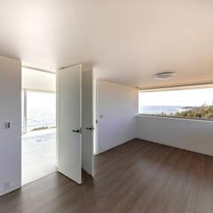 水平線の家 大海原の風景と暮らす家: TAPO 富岡建築計画事務所が手掛けた子供部屋です。,モダン