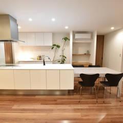 コンパクトで機能的な家: 有限会社 秀林組が手掛けたシステムキッチンです。