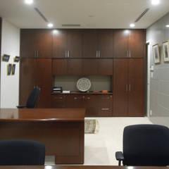 高輪台 建築家志望だった施主と協働して理想の住まいづくり House in Urban Setting 01 モダンデザインの 書斎 の JWA,Jun Watanabe & Associates モダン