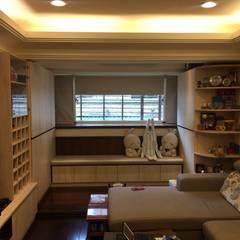 系統家具打造儲藏.臥榻功能兼具的舒適環境:  客廳 by 捷士空間設計(省錢裝潢),