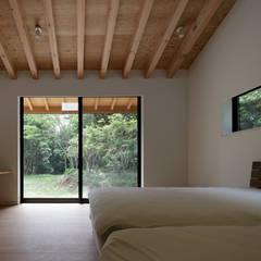 佐倉の別荘 子育て世代の週末住宅: TAPO 富岡建築計画事務所が手掛けた小さな寝室です。