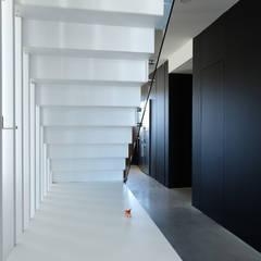 Casa para Eco - 1ª Vivienda Passivhaus de la Región de Murcia: Escaleras de estilo  de Zink Arquitectura