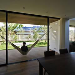 Sat-house 三重県建築賞 知事賞 受賞作: スレッドデザインスタジオが手掛けたテラス・ベランダです。,モダン 木 木目調