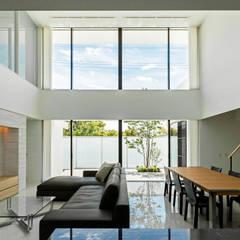 Sgh-house: スレッドデザインスタジオが手掛けたリビングです。