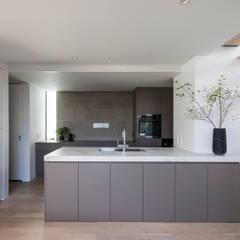 Iwe-house: スレッドデザインスタジオが手掛けたシステムキッチンです。,モダン タイル