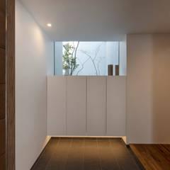 Tnk-house: スレッドデザインスタジオが手掛けた廊下 & 玄関です。