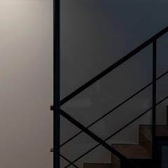 Tnk-house: スレッドデザインスタジオが手掛けた階段です。