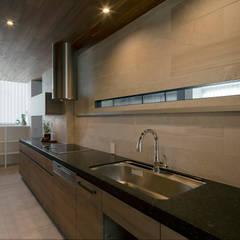 Tnk-house: スレッドデザインスタジオが手掛けたシステムキッチンです。
