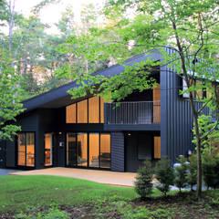 富士山麓の別荘 カラマツ林の傾斜地に建つ別荘: TAPO 富岡建築計画事務所が手掛けた家です。