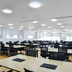 Oficina Coworkin Grupo Quick: Estudios y despachos de estilo  por Parámetro Arquitectura & Ingeniería