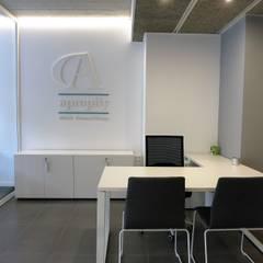 Remodelación de oficinas en Vilassar de Mar: Oficinas y Tiendas de estilo  de Puntdefuga