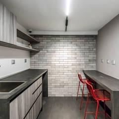 OFICINA DGLA LECHERIA: Oficinas de estilo  por Design Group Latinamerica,