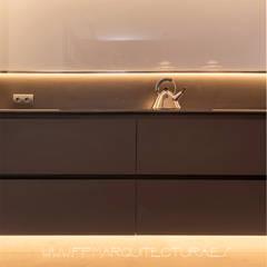 Casa P&P   Sitges Centro  Barcelona: Cocinas de estilo  de FPM Arquitectura
